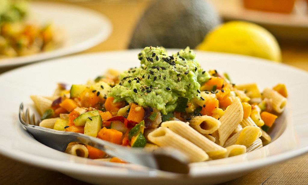 Leckere, sommerliche Pastasauce mit viel Gemüse