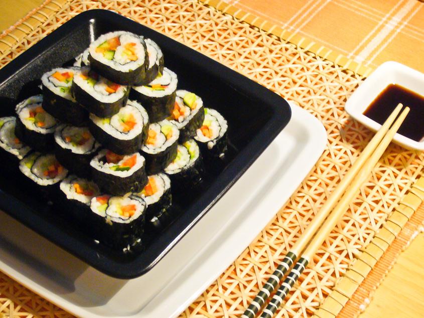 Das leckere, vegane Sushi ist angerichtet