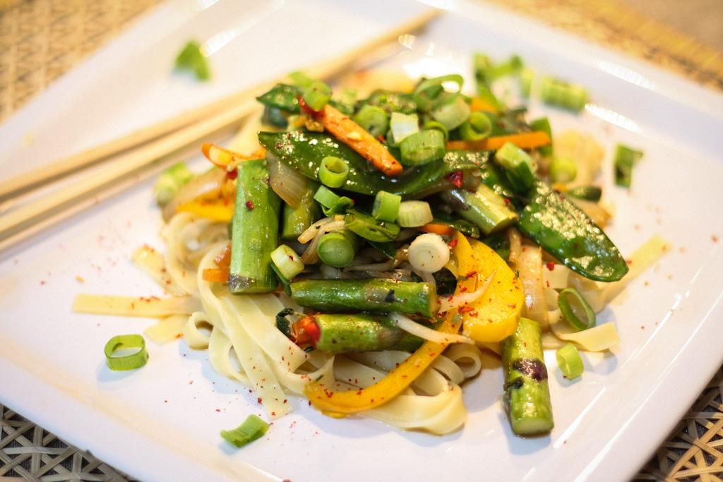 Tagliatelle mit grünem Spargel & Thai-Basilikum-Pesto