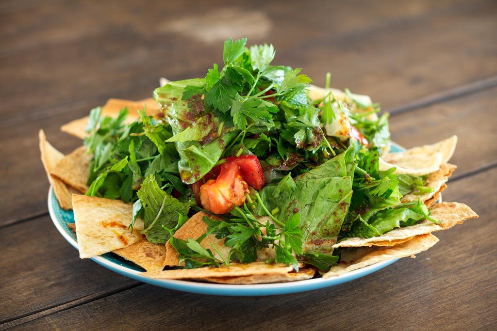 Fattoush – orientalischer Salat mit geröstetem Brot