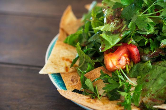 Fattoush - orientalischer Salat mit geröstetem Brot-3