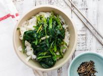 Würziger Spinat auf Reisnudeln - Feature