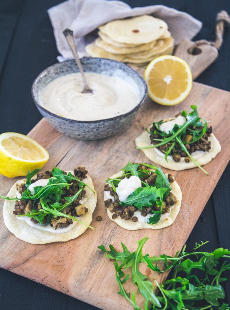 Linsen-Tacos mit Tahin-Joghurt und Rucola