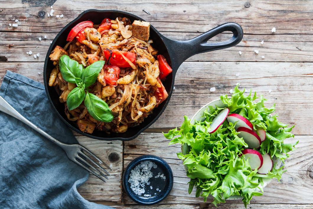 Kraut-Spätzle mit Räuchertofu & Tomaten