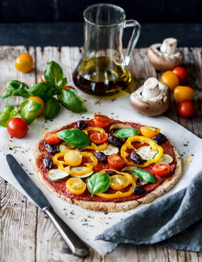 Glutenfreie Pizza mit Sommergemüse auf Blumenkohl-Crust