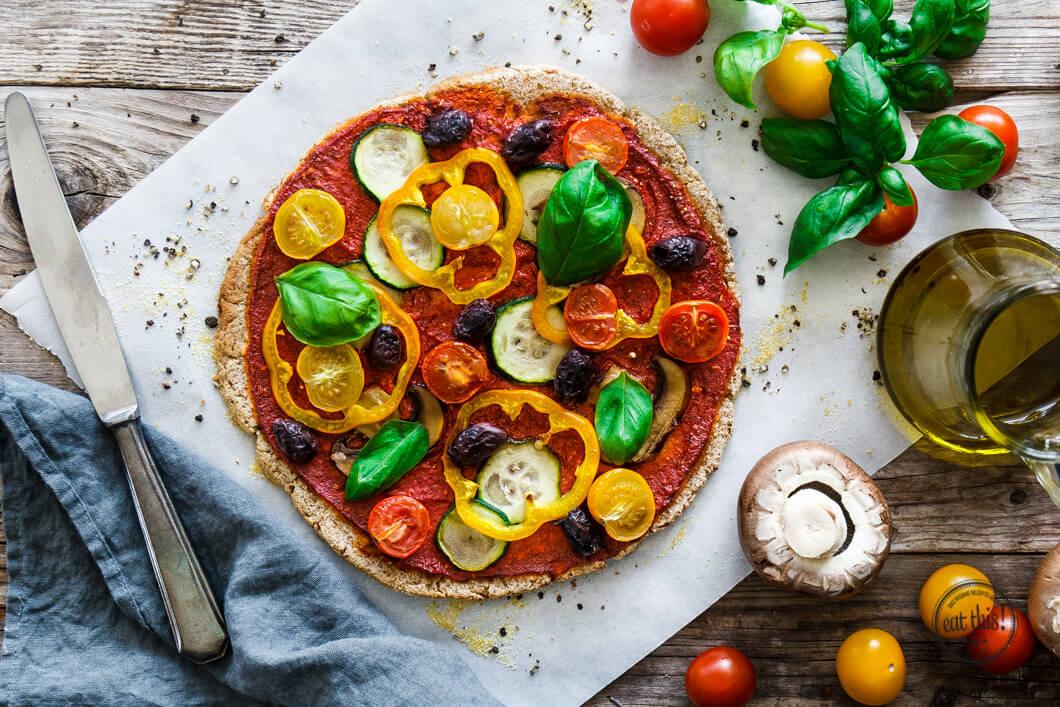 pizza mit sommergem se auf glutenfreier blumenkohl crust eat this foodblog vegane rezepte. Black Bedroom Furniture Sets. Home Design Ideas