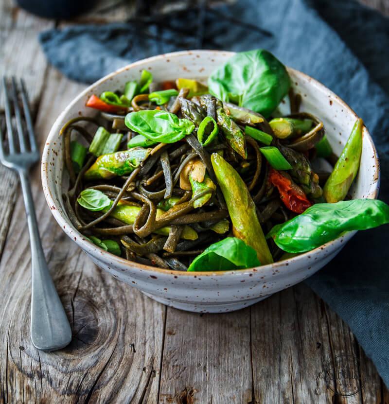 gr ner spargel in leichter tomatensauce auf algen pasta eat this foodblog vegane rezepte. Black Bedroom Furniture Sets. Home Design Ideas