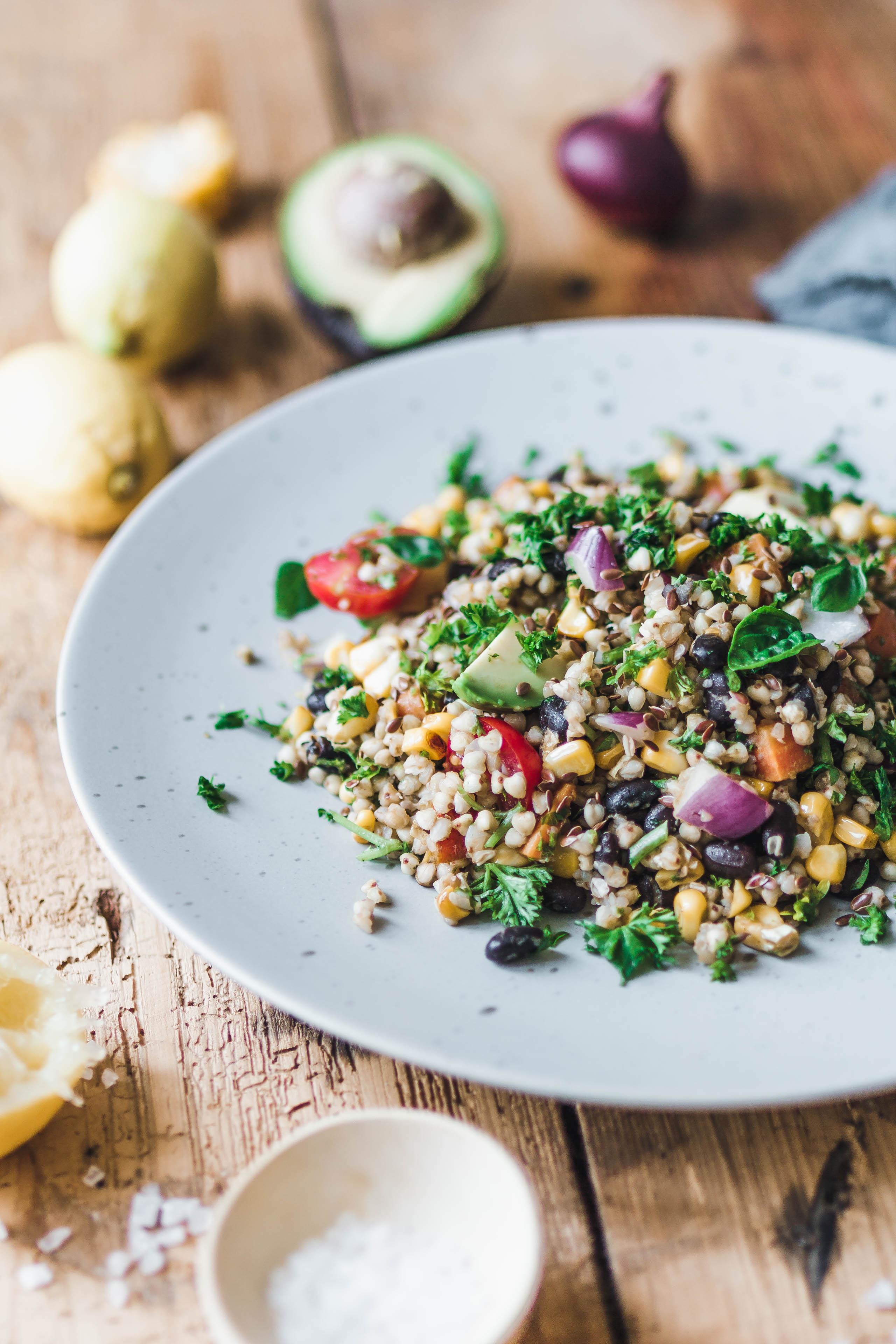 Sommerlicher Buchweizensalat mit Avocado & frischen Kräutern · Eat ...