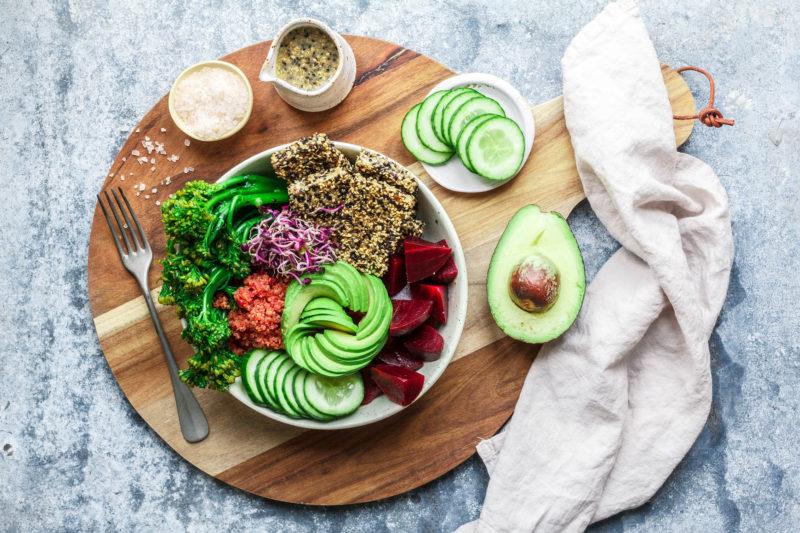 Good Life Bowl mit Broccolini, pinkem Quinoa & crunchy Sesam-Tofu