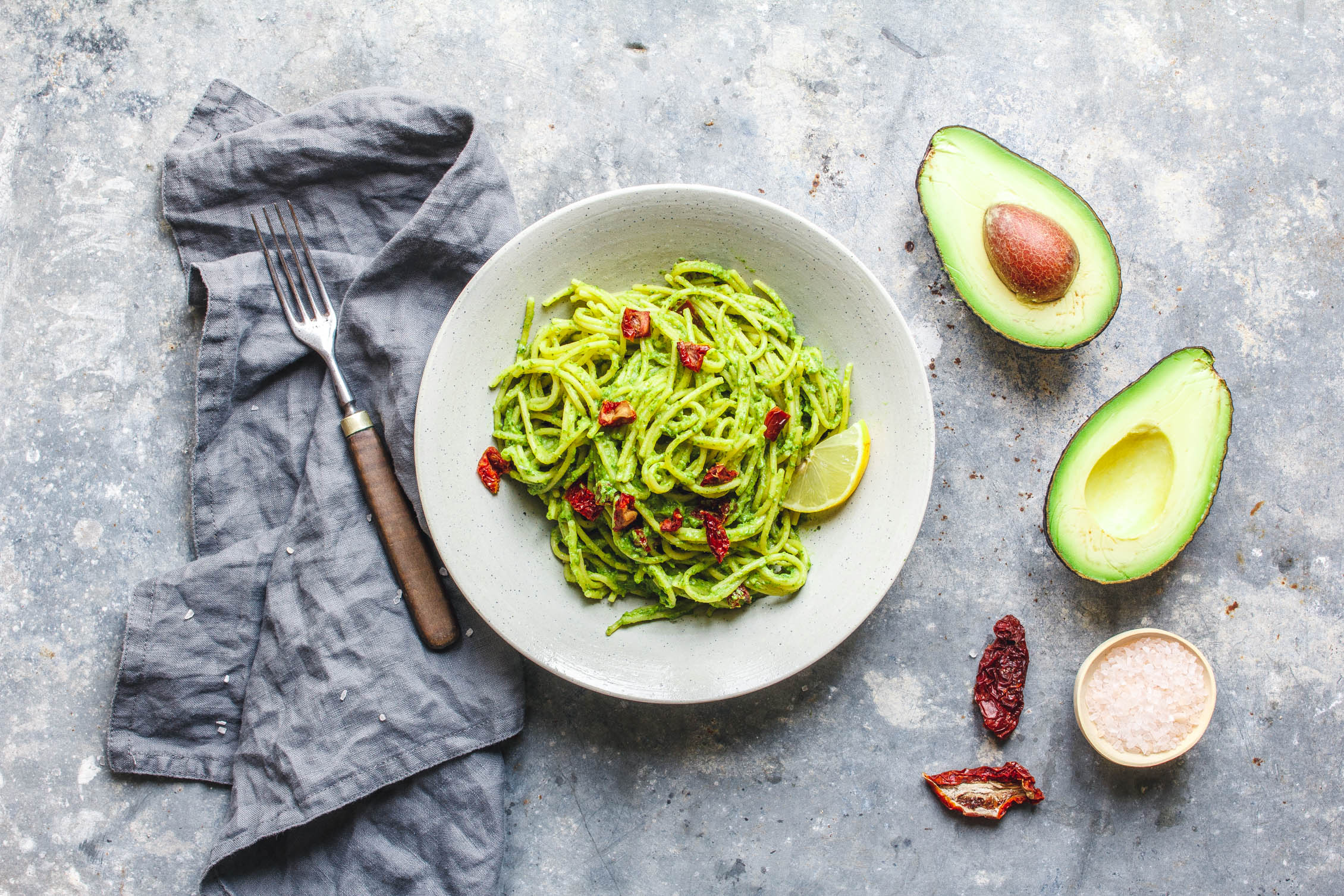 pasta mit avocado gr nkohl pesto und getrockneten tomaten eat this vegan food lifestyle. Black Bedroom Furniture Sets. Home Design Ideas