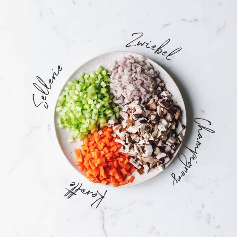 Sellerie, Zwiebel, Champignons und Karotte