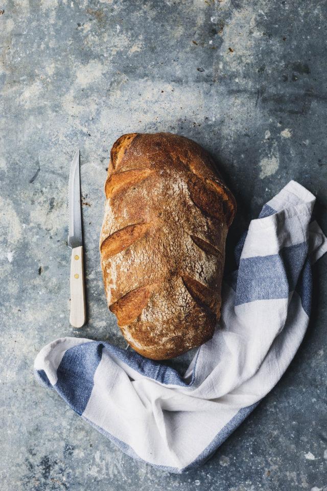Frisches Brot gehört zu veganem Rührei