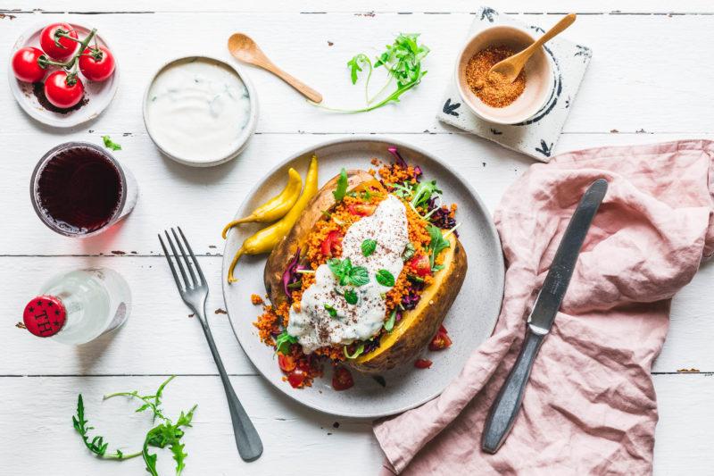 Kumpir mit Couscous & knackigem Salat
