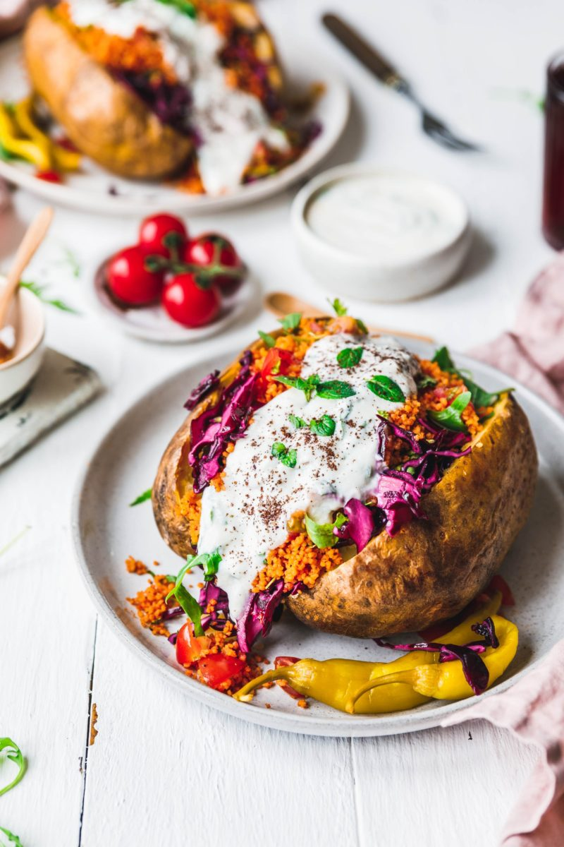vegane kumpir mit paprika couscous rotkraut frischem rucola eat this vegan food lifestyle. Black Bedroom Furniture Sets. Home Design Ideas