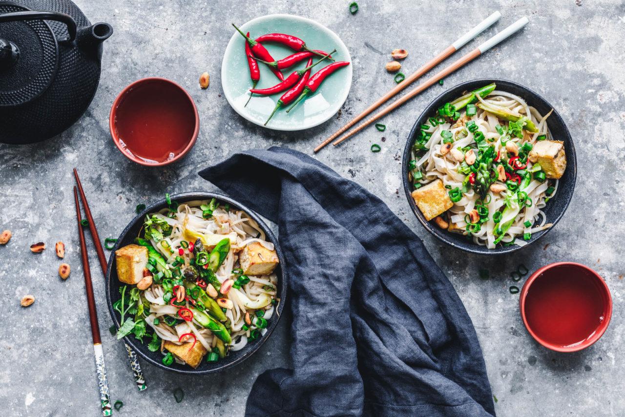 Pad Thai mit grünem Spargel und Tofu