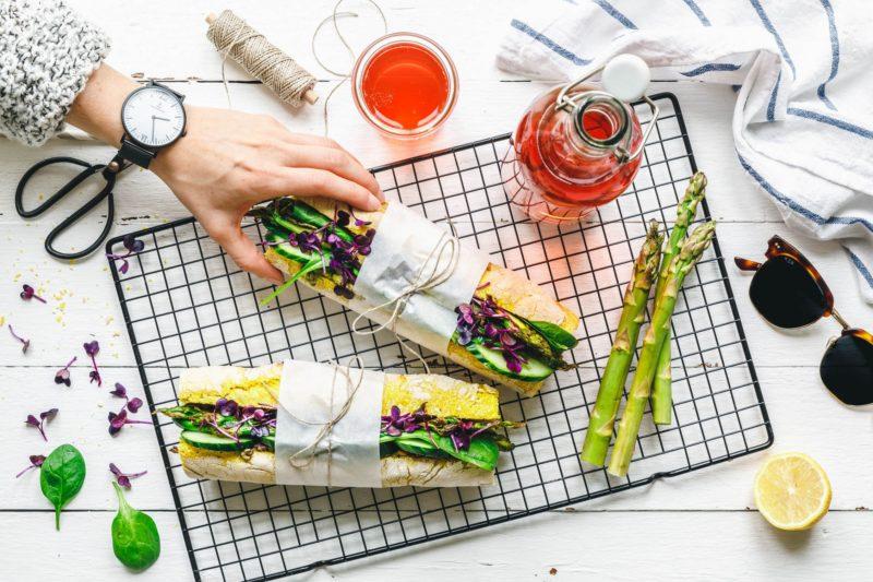 Super-grünes Spargel-Sandwich mit Kurkuma-Baguette
