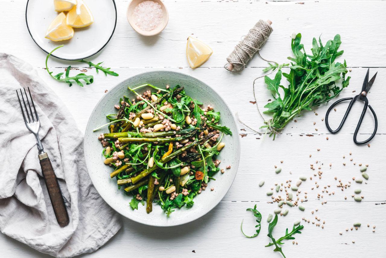 Warmer Buchweizensalat mit grünem Spargel & Rucola