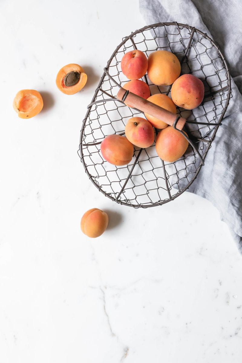 Aprikosen in Drahtkorb
