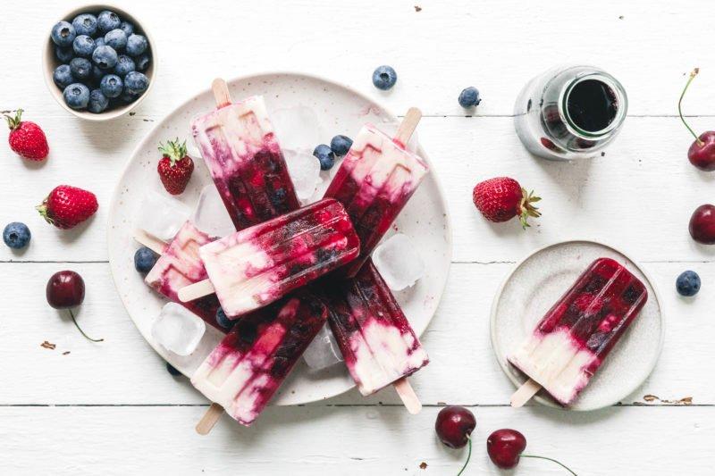 Blitzschnelle fruchtige Beeren-Popsicles