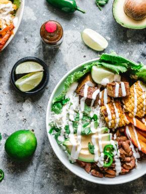 Wärmende Burrito Bowl mit Kürbis, Räuchertofu & Tabasco