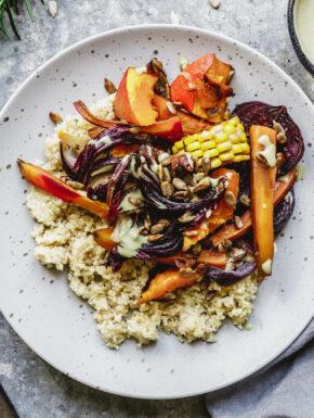 Herbstliches Ofengemüse mit Hirse & Kürbiskernöl-Dip
