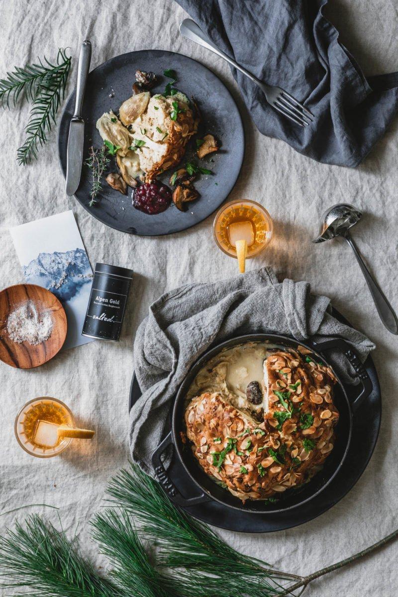 Im Ganzen gerösteter Blumenkohl mit Weißweinsauce & Pilzen