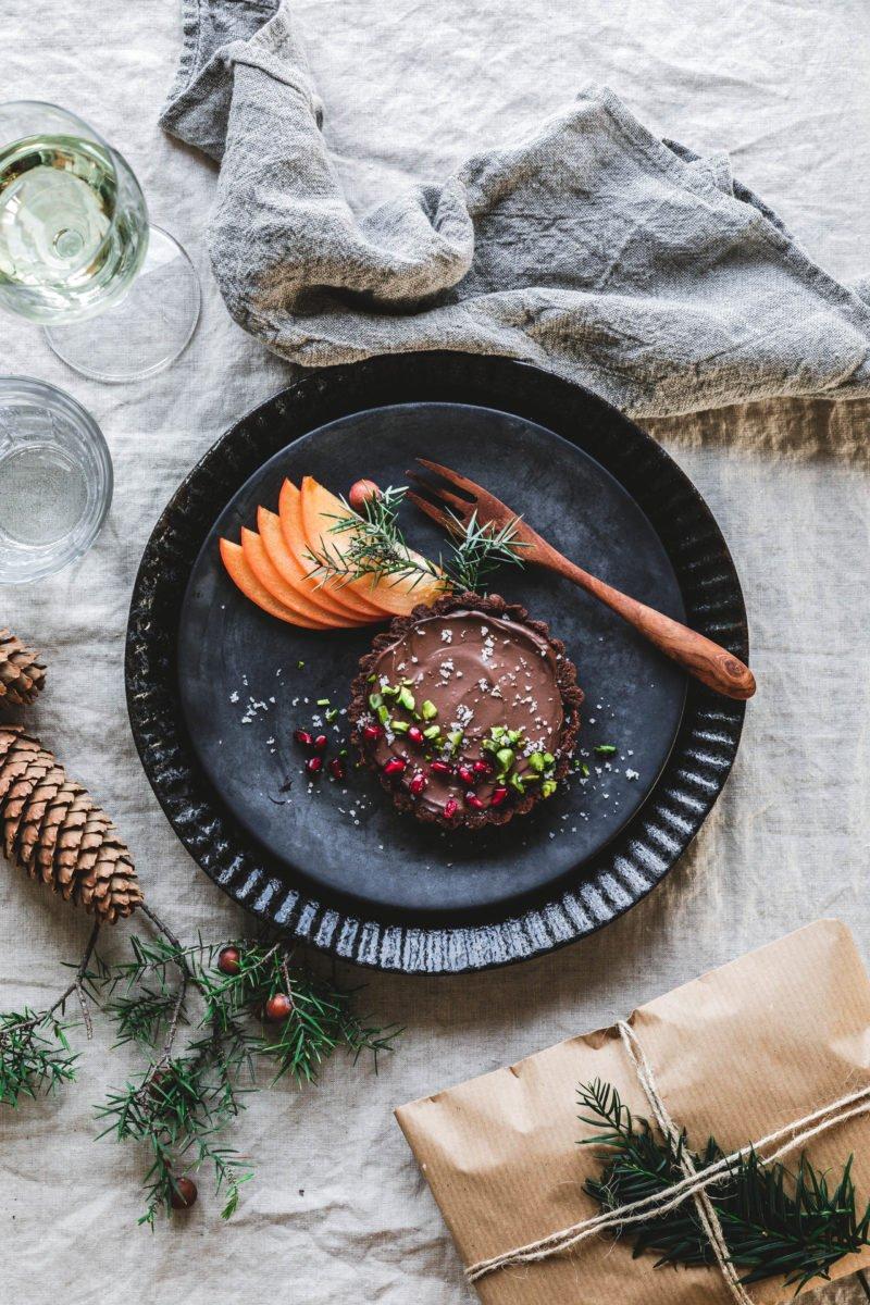Schokoladen Tartlettes mit Flor de Sal, Pistazien & Granatapfel