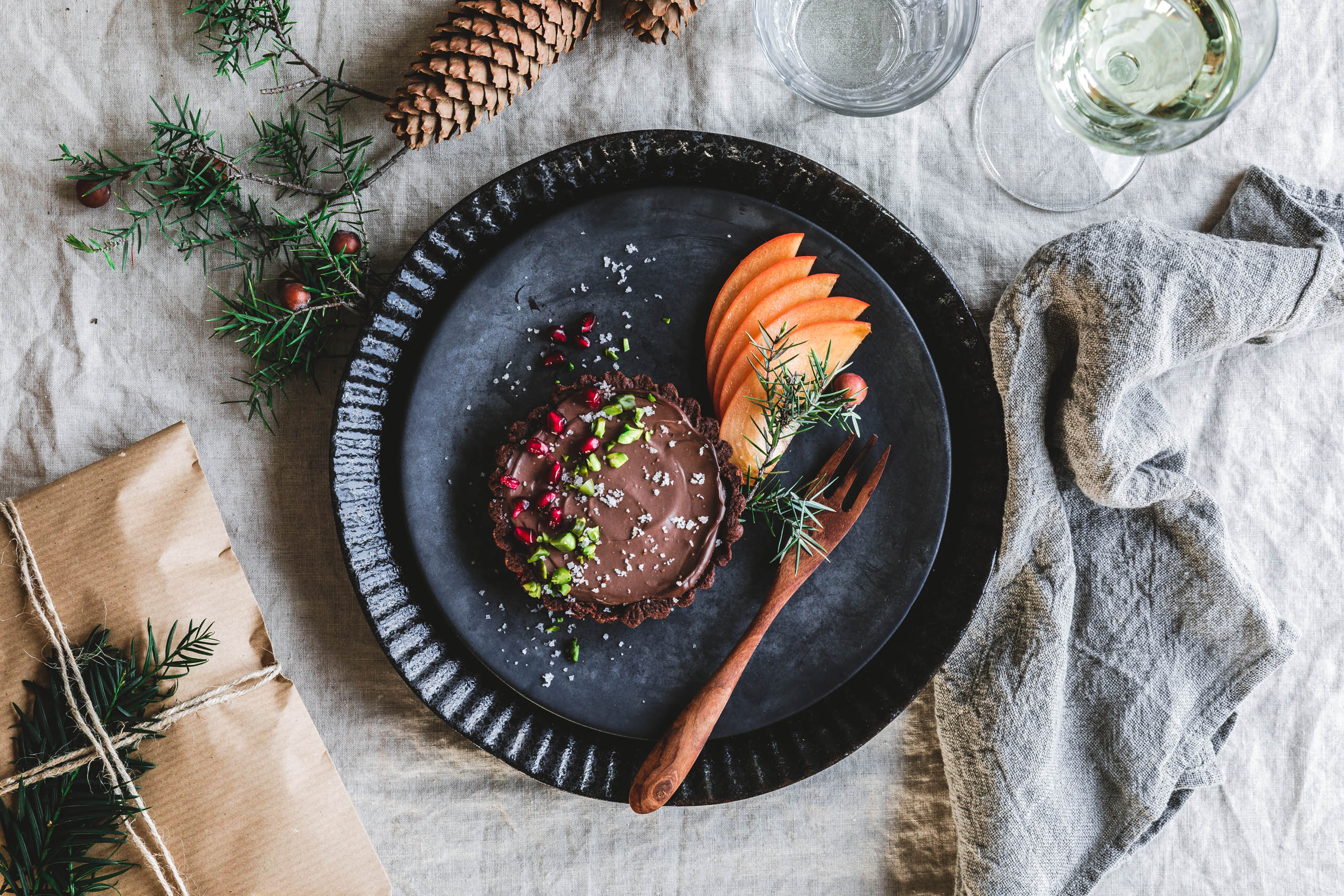 Schokoladen-Tartelettes mit Flor de Sal, Pistazien & Granatapfel