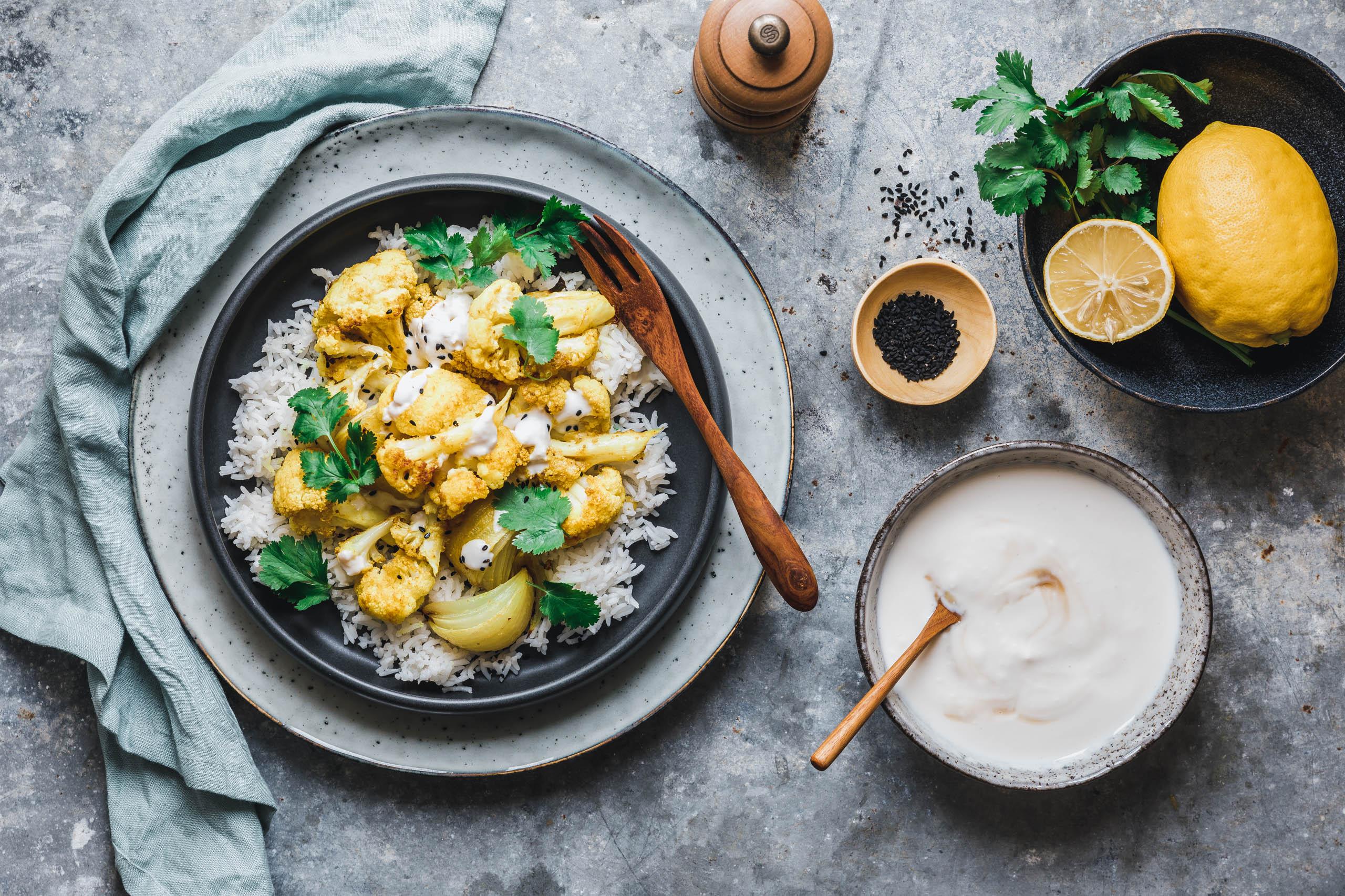 Gerösteter Curry-Blumenkohl mit frischer Zitronen-Raita