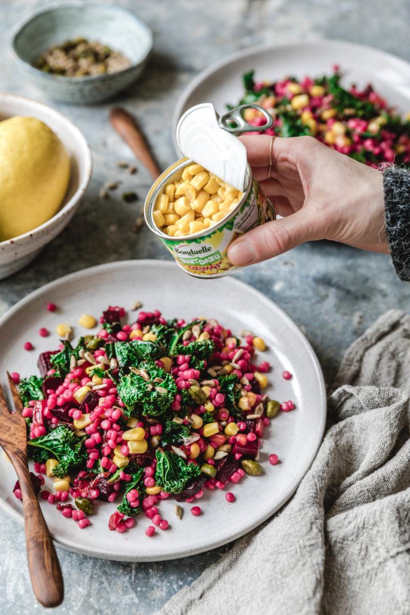 Pinker Couscoussalat mit Grünkohl & Goldmais