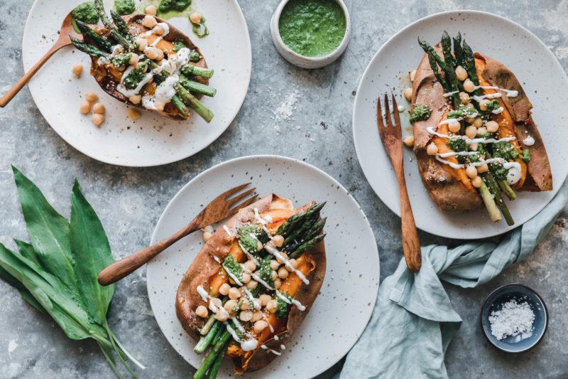 Gefüllte Süßkartoffel mit grünem Spargel und Bärlauch-Chimichurri