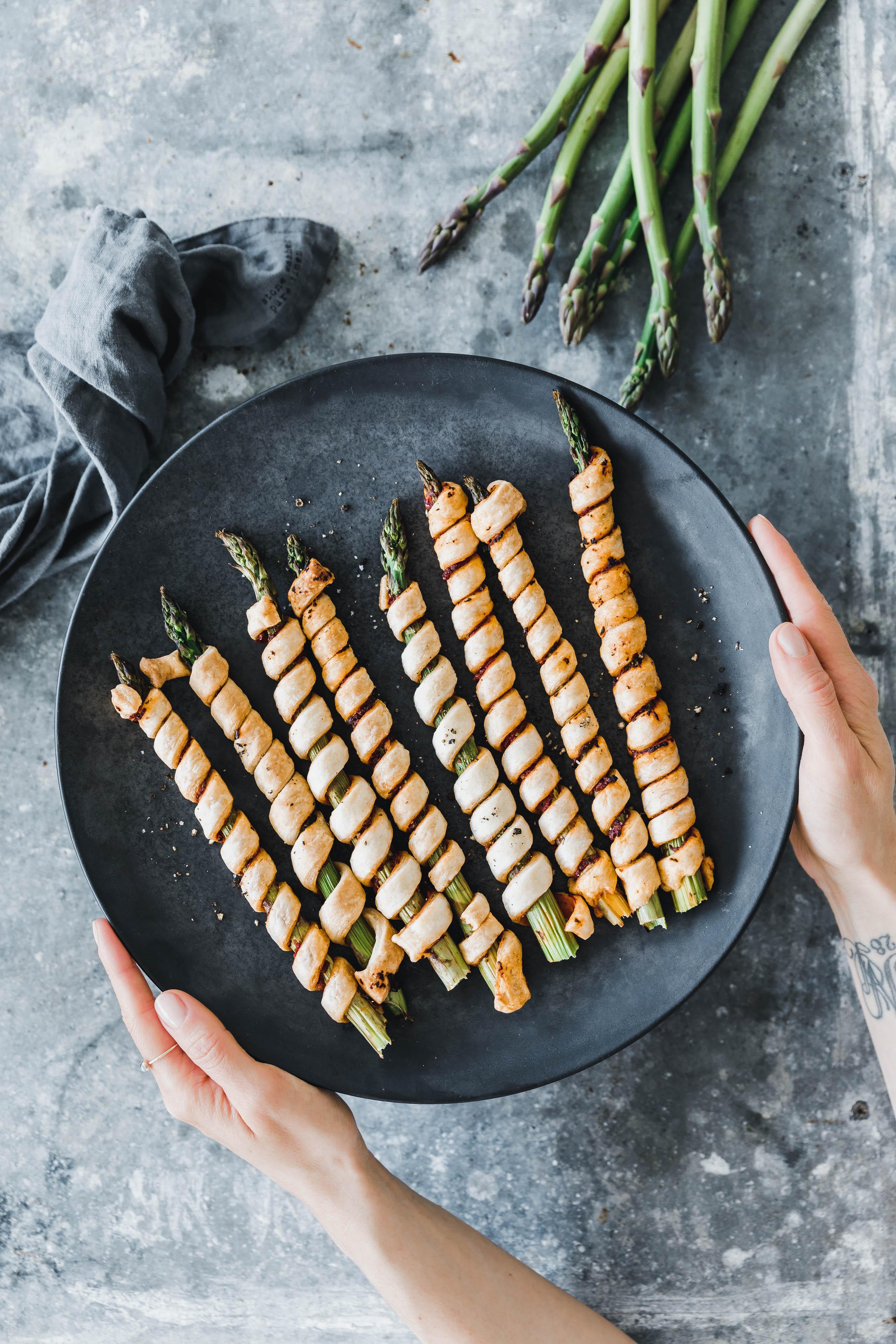 bl tterteig spargelstangen mit rotem pesto eat this foodblog vegane rezepte stories. Black Bedroom Furniture Sets. Home Design Ideas