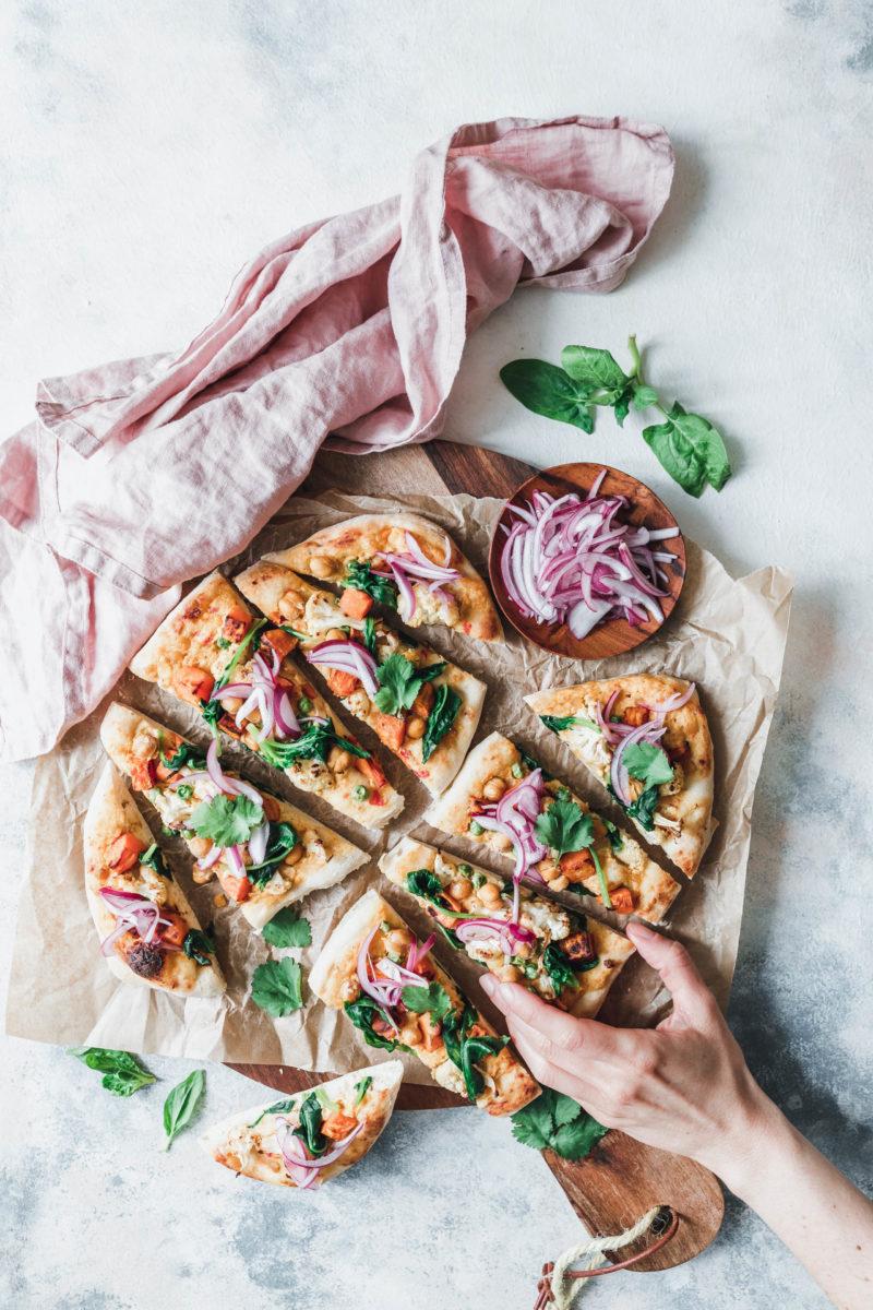 Naan-Pizza mit geröstetem Blumenkohl, Süßkartoffel und pinken Zwiebeln