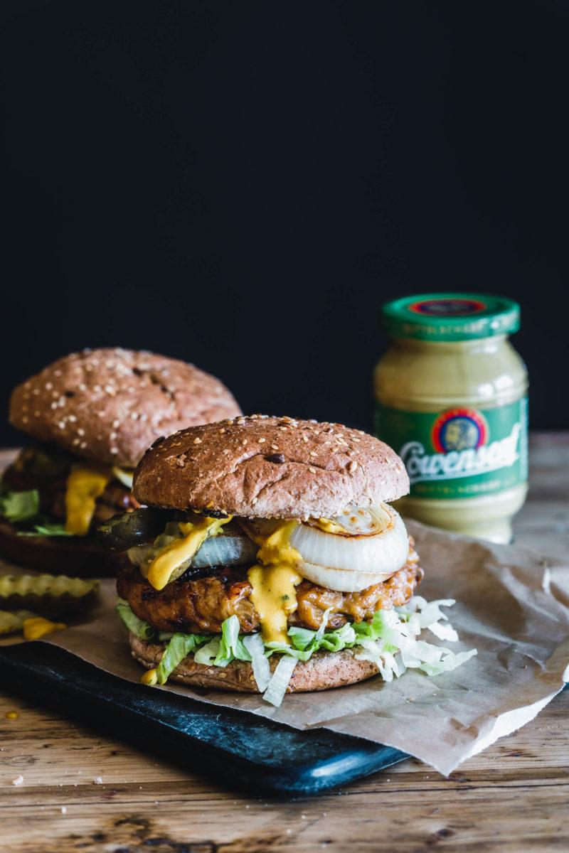 Veganer Burger mit Löwensenf