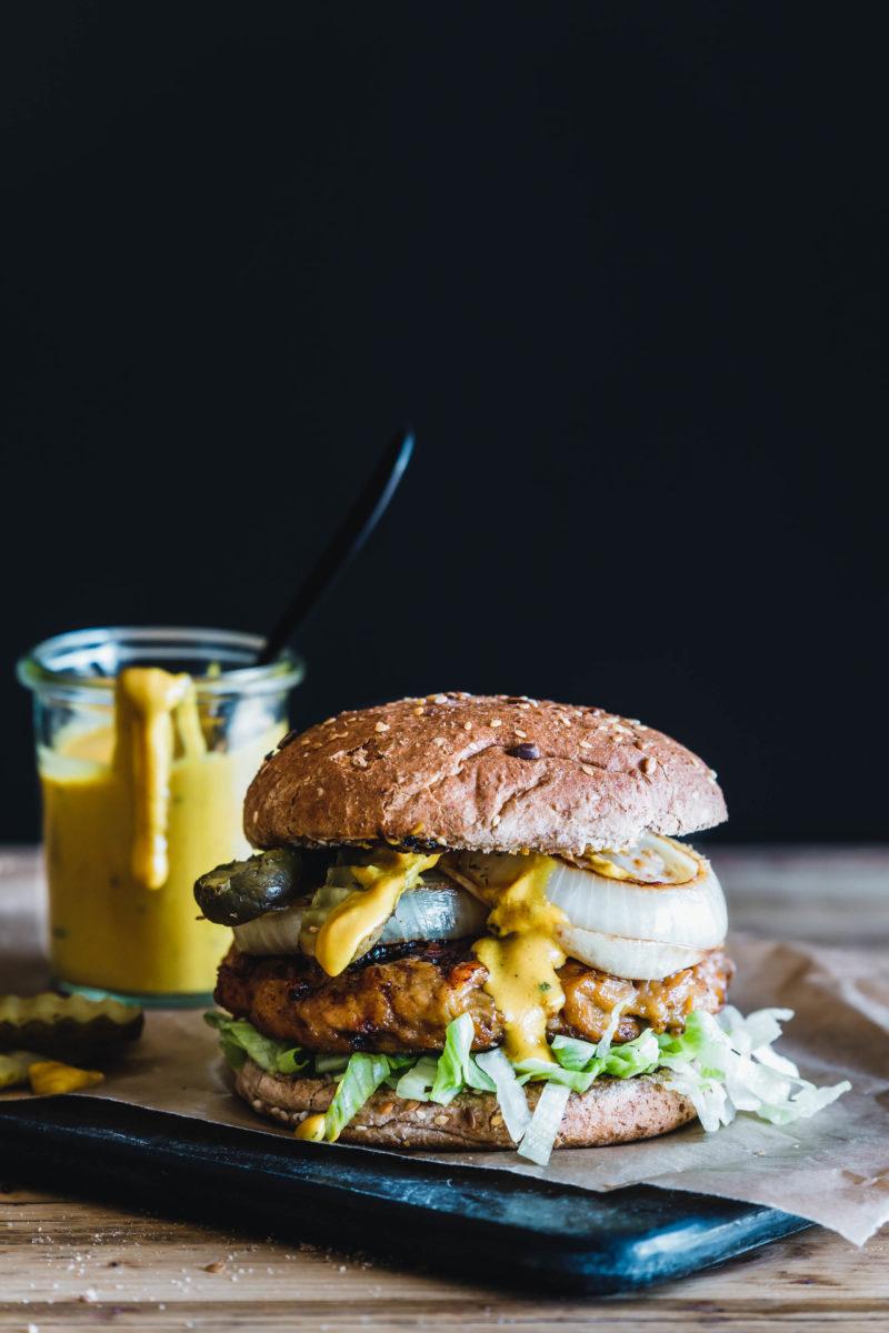 Seitan-Jackfruit-Burger mit karamellisierten Zwiebeln und Senf-Barbecue-Sauce