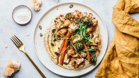 Loaded Hummus mit geröstetem Blumenkohl, Brokkoli & Möhren