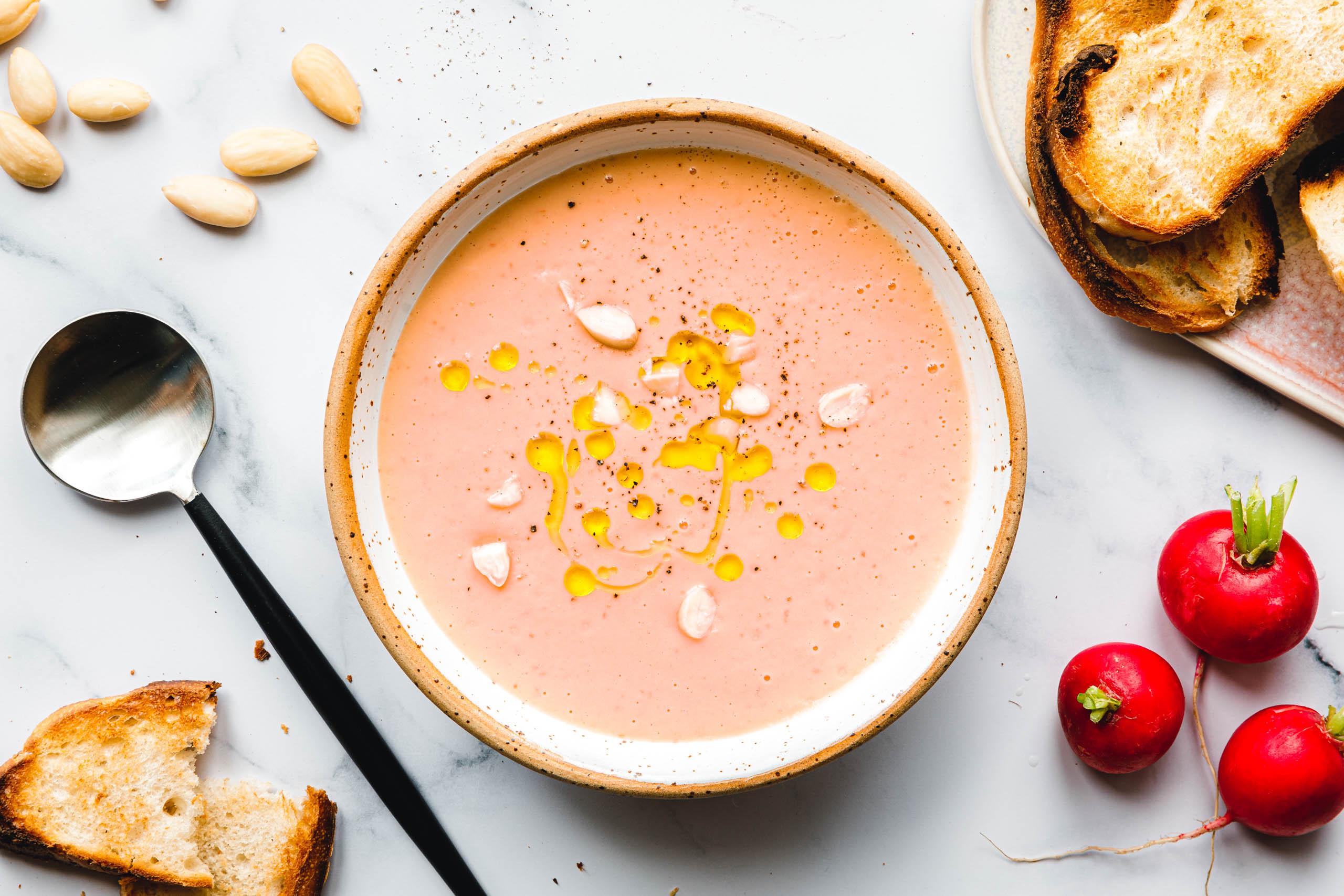 Pinke Radieschen-Gazpacho mit Mandeln