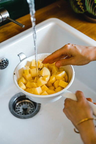 Kartoffeln abspülen