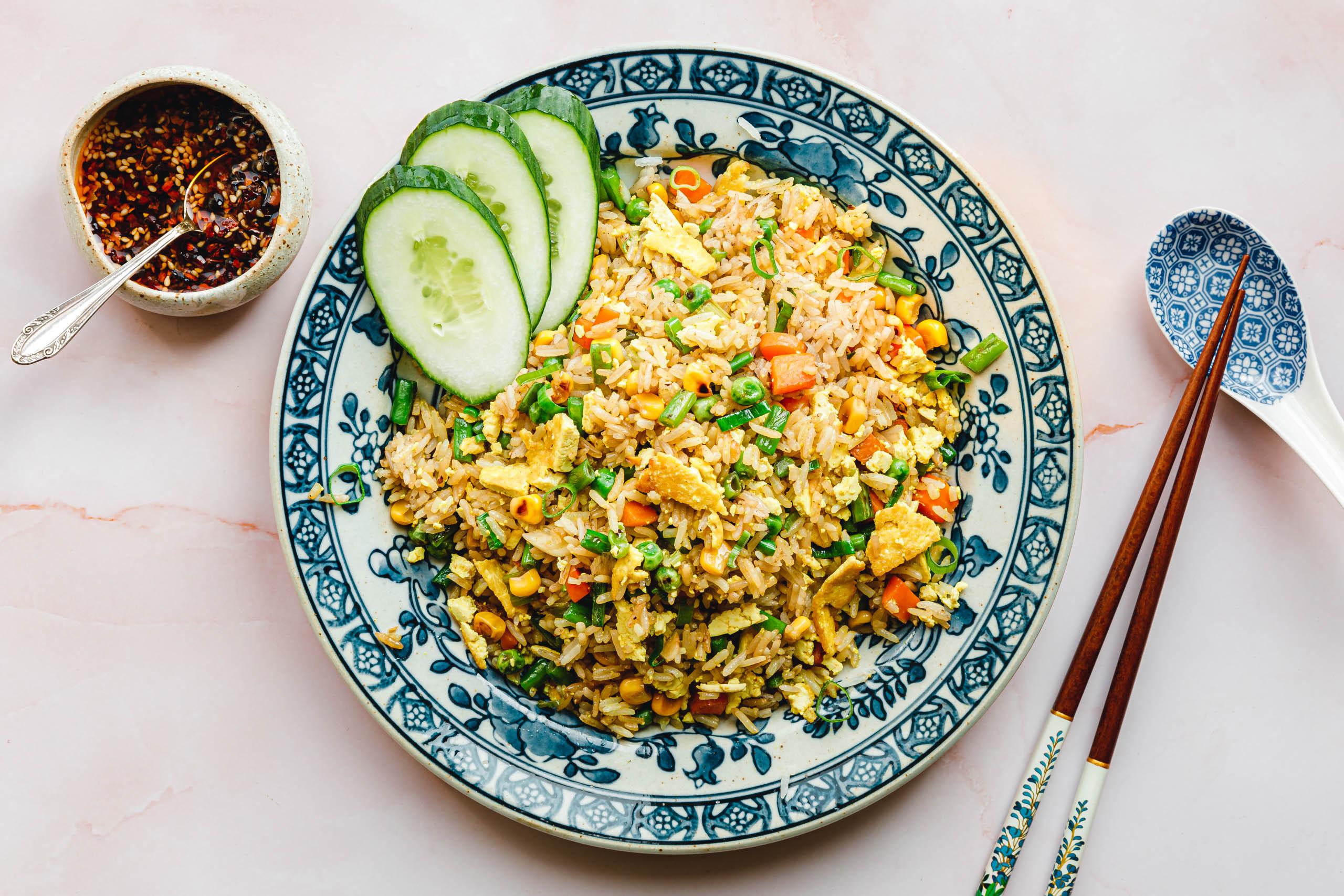 Veganer gebratener Reis mit Tofu-Ei