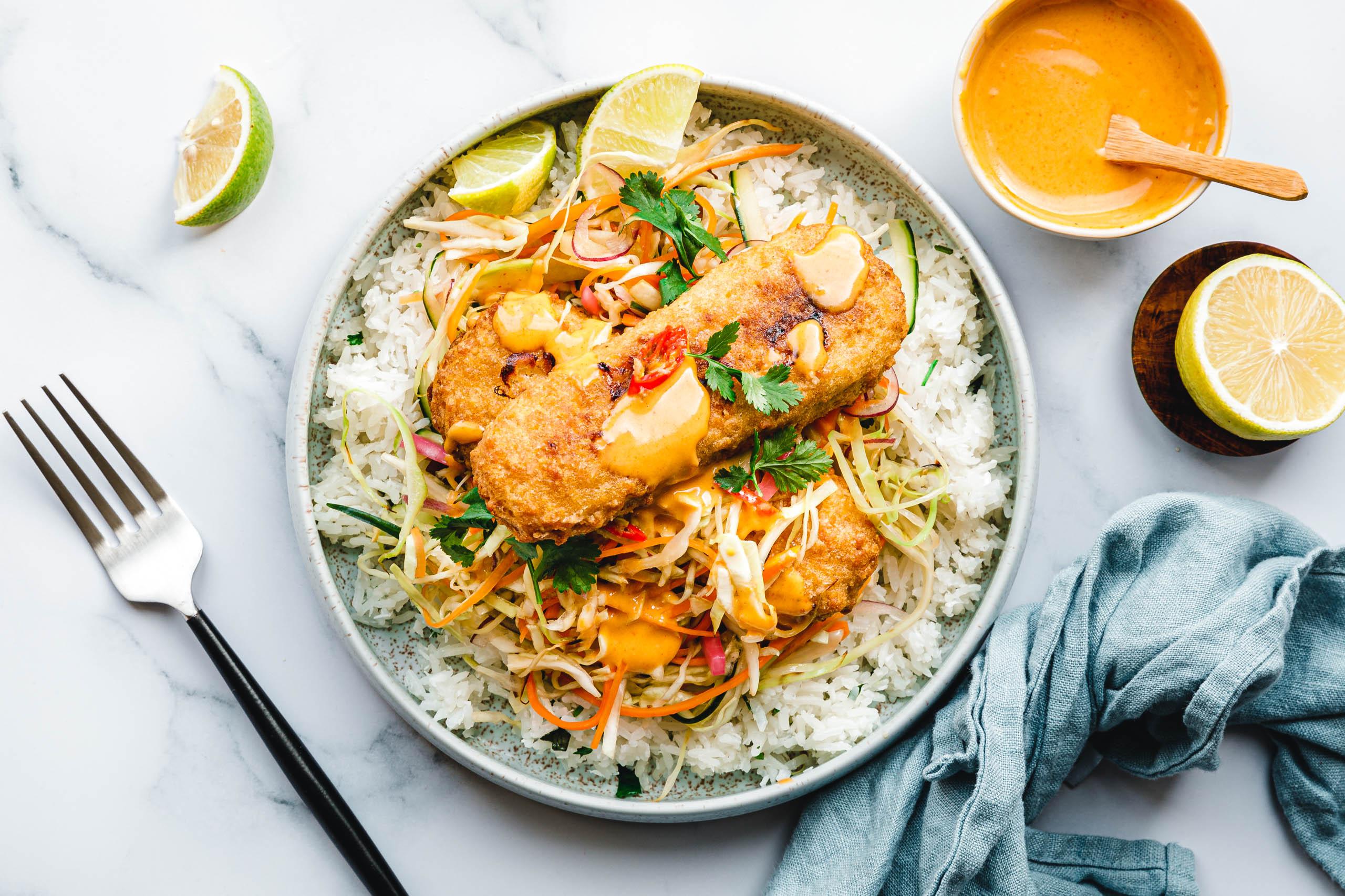 """Limetten-Koriander-Reis-Bowl mit warmem, süß-saurem Krautsalat und veganem """"Fisch"""""""
