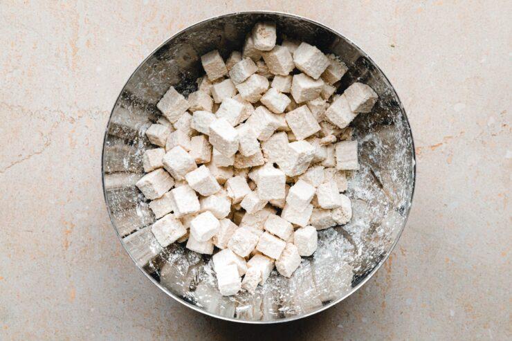 Mit Maisstärke panierter Tofu
