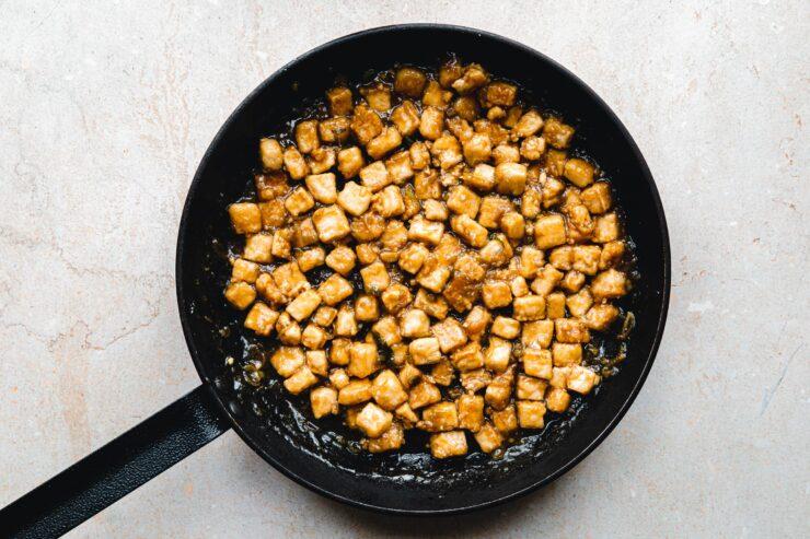 Mit Sauce abgelöschter Tofu